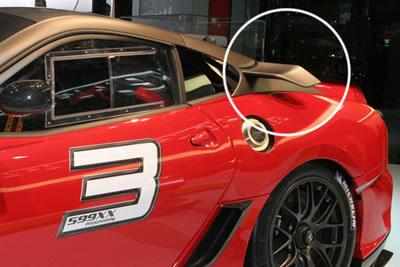 599GTBの特徴的なCピラーに空力パーツが付いてますよ。カーボンそのまんまのマットブラックの感じがカッコイイ~!!