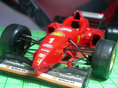 各チームのマシンがハイノーズからする中で、バーナードは特徴的なフロントノーズをデザイン。