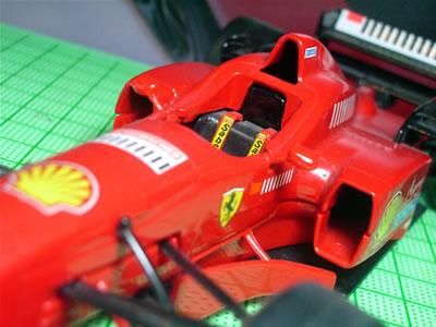 1994年のアイルトン・セナ(ウィリアムズ ルノー)やカール・ベンドリンガー(ザウバー・メルセデス)の事故により、ドライバーの安全性向上のために、コックピット横の規定が変更になった。