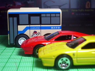 画像は2台のフェラーリ288GTO+横浜市交通局ノンステップバス。バスはアラーム設定時刻にヘッドライト部分が光るプルバックカーです。