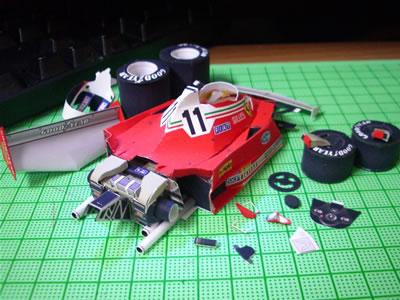 今回はエンジン部分の制作とフロントウイング接着。小物パーツのカットと組立とあらかじめタッチアップまでススメした。
