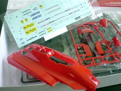 フジミ模型のフェラーリ126C2「サンマリノ仕様」のプラモデル。箱の中身はこんなです。
