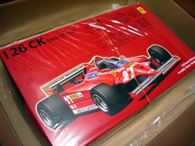 はい。届いたのはこれです。フジミ模型のフェラーリ126CK 1981年スペインGP仕様のプラモデル(1/20)でございます。