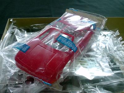 1994年に発表された348シリーズの後継モデル。ルカ・ディ・モンテツェモーロ体制の初モデル。頭にFERRARIを意味する「F」が付けられるようになる。