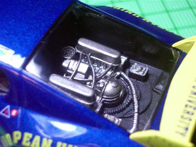 IXOの1/43モデルではエンジンが塗られていますが、こちらは廉価版だしね。