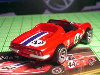 金型は変えようがないだろうけど、タイヤやヘッドライト部分をもう少しなんとかして、見られる「ディーノ」にしてほしい。