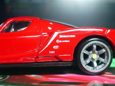 テストカーなのかな?サイドにスポンサーロゴがありますね。