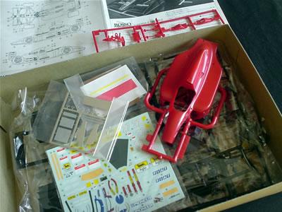 今は亡きプラモデルメーカー「Rosso(ロッソ)」のフェラーリ643(1/24)のプラモデル。箱の中身。