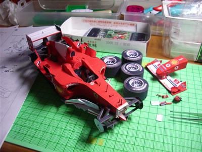タイヤにノーズコンーン、ミラーとセンターウイングとウイングレット翼端板。これらを取り付ければ完成です。