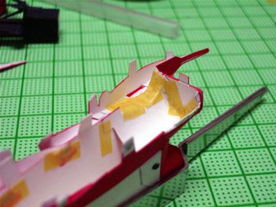 裏面はこんなです。ボンドだけでは接着の強度に不安があるので、マスキングテープで補強しまくりです。