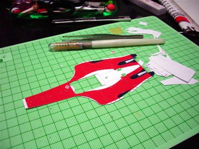 アッパーカウルへの差込確認のため切り出しました。赤いパーツの制作は楽しい! 前回までは黒いパーツばかりだったからね。