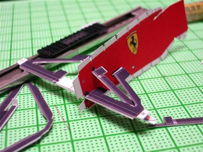 「フェラーリF2004」のペーパークラフト。フロントサスペンションを作って仮組みです。