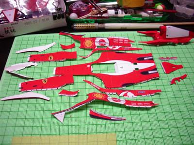 「フェラーリF2004」のペーパークラフト。ボディ周辺パーツを切り出しました。