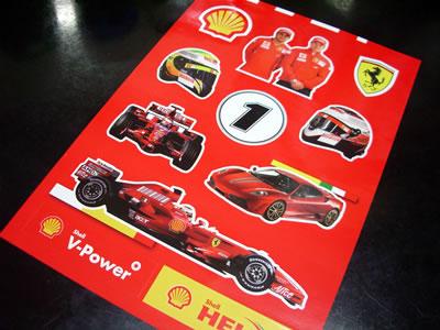 ステッカーの内容はキミ・ライコネンとフェリペ・マッサのツーショット。F2008をドライブするカーナンバー1のキミ・ライコネンなど
