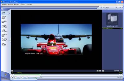 砂漠の一本道を走るフェラーリF1マシンに空中給油機から燃料補給するというもの。