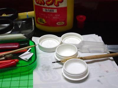 水性ボンドは水で薄めておき、面相筆でペーパークラフトののりしろ部分につけます。