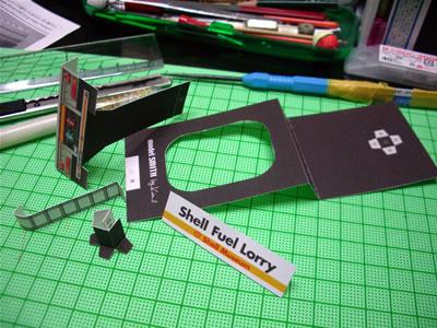 まずはパーツを切り出して折りました。このパーツがラストです。はい。後は組むだけです。