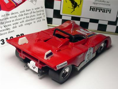 このミニカーの個体「ゼッケン30」は、1972年開幕戦のブエノスアイレス1000Kmレースで優勝したティム・シェンケン、ロニー・ピーターソン組のマシン。