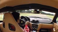 フェラーリテストドライバー、マルク・ジェネが599GTBフィオラノをフィオラノサーキットで走らせる