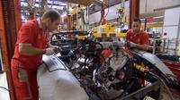 エンジンが載せられるフェラーリ599GTBフィオラノ