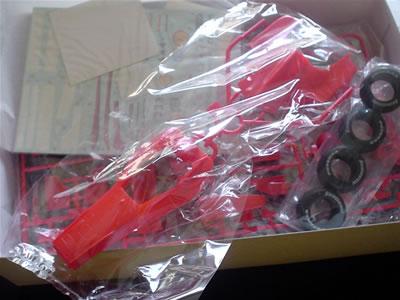 プラモデル「タミヤ模型フェラーリF1-2000(1/20)」。箱の中身。