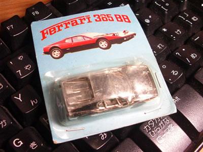 フェラーリ365BBのミニカー。メーカー名がない。台紙の裏には何も書かれていない。