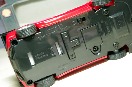 ミニカー裏面。ステアリングを切る方向を記憶させるボタン付いています。相変わらずミニカーメーカーの記載はなし。