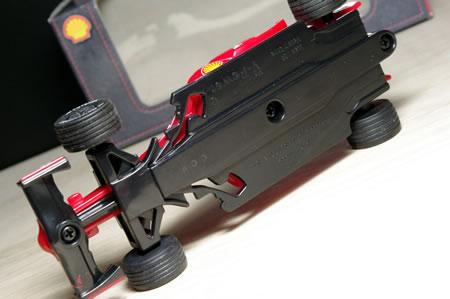 オープンホイールのF1では前輪をステアさせる機構を組み込むのは無理だったようです。