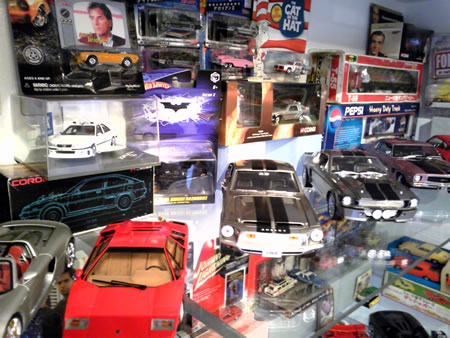 映画に登場する劇中車のミニカーもたくさんありました。