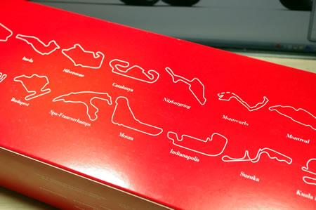 箱の裏には2000年のF1グランプリ開催サーキットのコース図。