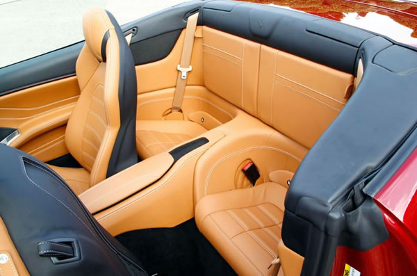 burago_race_play_43_california_t_rear_seat_02.jpg