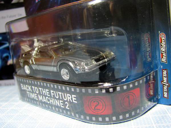 hw_retro_delorean_bttf2_package_02.jpg