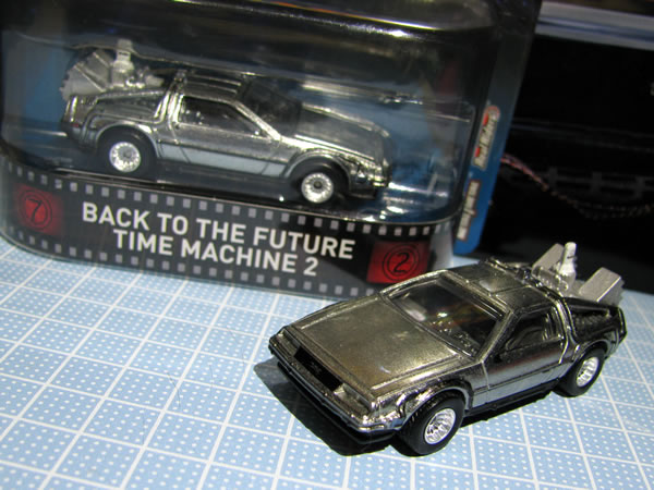 hw_retro_delorean_bttf2_package_06.jpg