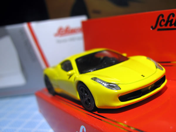 schuco_64_ferrari_458italia_yellow_06.jpg