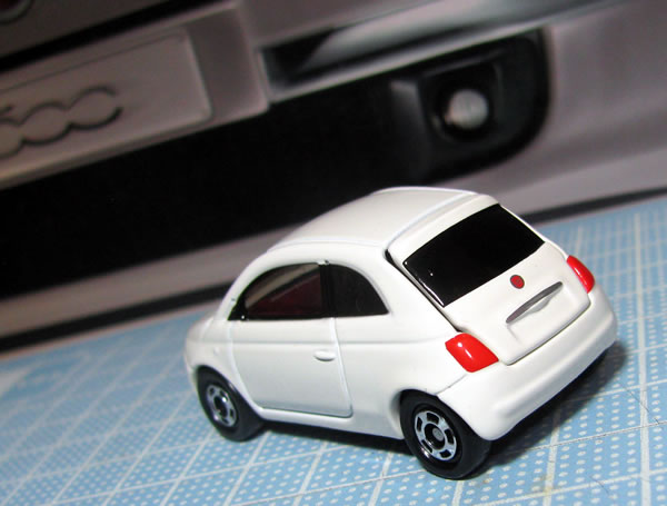 tomica_59_90_fiat500_white_rear.jpg