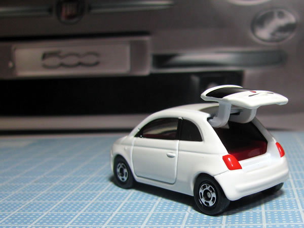 tomica_59_90_fiat500_white_rear_open.jpg