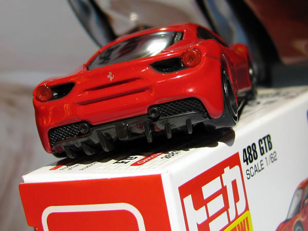 tomica_64_ferrari_488gtb_red_rear_up.jpg