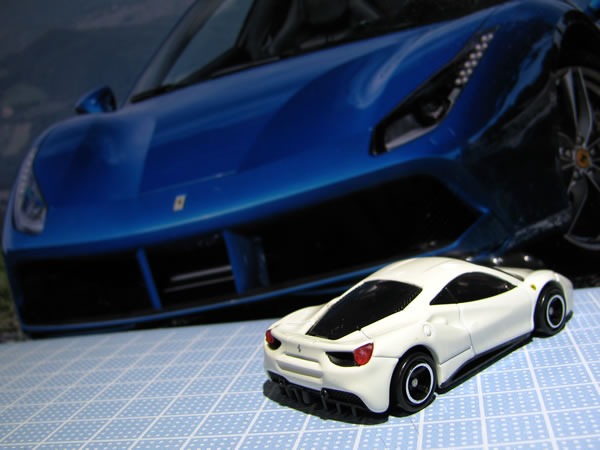 tomica_ferrari_set_488gtb_white_rear.jpg