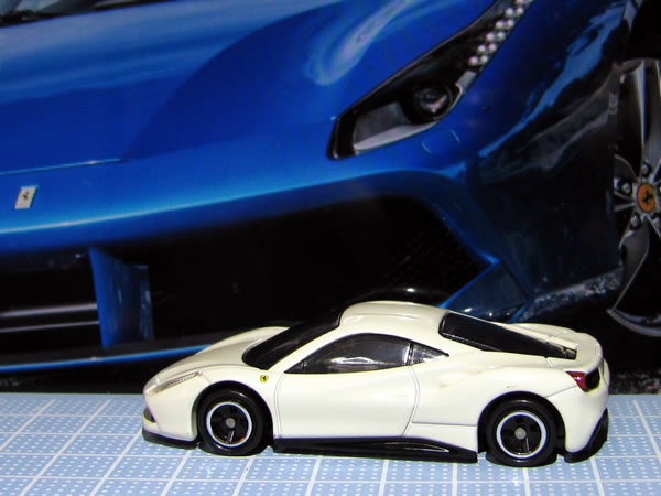 tomica_ferrari_set_488gtb_white_side.jpg