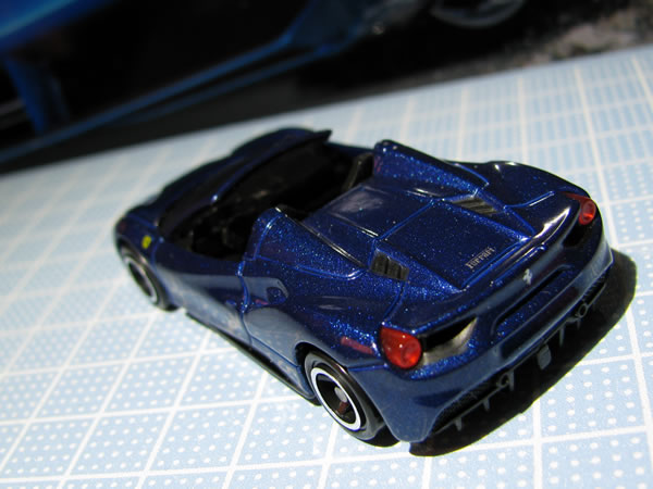 tomica_ferrari_set_488spider_rear_01.jpg