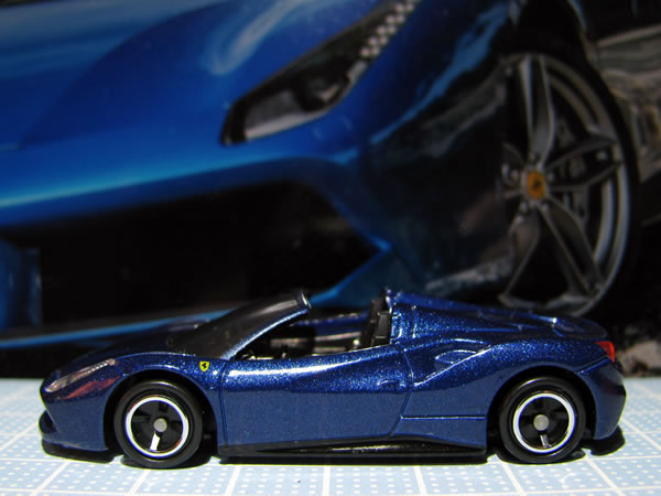 tomica_ferrari_set_488spider_side.jpg
