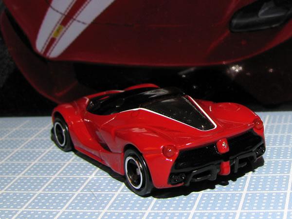 tomica_ferrari_set_aperta_red_rear.jpg