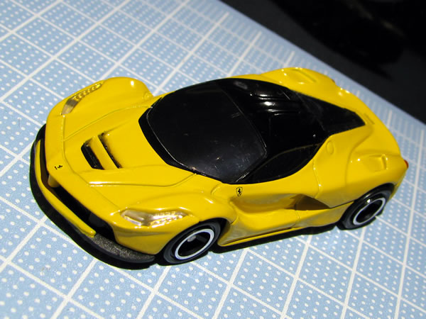 tomica_ferrari_set_laferrari_yellow_front_01.jpg