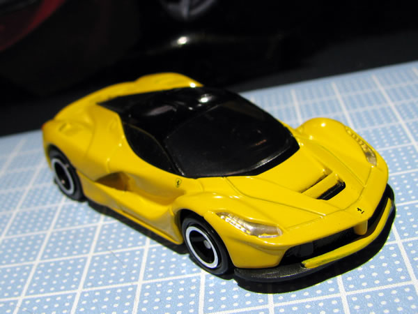 tomica_ferrari_set_laferrari_yellow_front_02.jpg