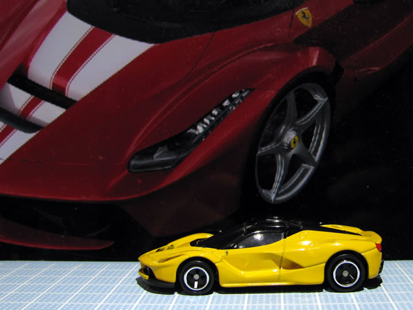 tomica_ferrari_set_laferrari_yellow_side.jpg